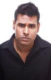 Umgekippter indischer Geschäftsmann die Stirn runzelnd und enttäuscht stockfotografie