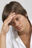 Umgekippter junger Mann lizenzfreies stockbild