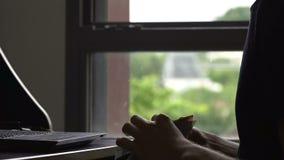 Umgekippter junger Mann, der zu Hause Eurorechnungen, niedriges Gehalt, Kreditschuld zahlend zählt stock footage