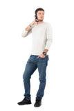 Umgekippter Mann, der am Telefon zurück schaut über der Schulter spricht Lizenzfreie Stockfotos