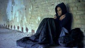 Umgekippter Obdachlosjugendlicher tragender Hoodie, fühlend, Gleichgültigkeit und Armut kalt stockfotos
