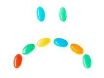 Umgekippter trauriger smiley gemacht von den mehrfarbigen Süßigkeiten Lizenzfreies Stockfoto