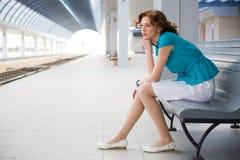 Umgekipptes Mädchen auf Bahnhof Stockfotos