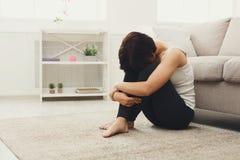 Umgekipptes Mädchen, das auf dem Boden sitzt Stockfotos