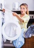 Umgekipptes Mädchen, das Leinen nach Wäscherei betrachtet Stockbilder