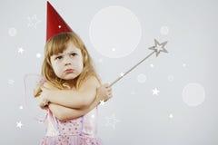 Umgekipptes Mädchen, das mit silbernem magischem Stock aufwirft Stockfotos