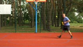 Umgekipptes männliches verlierendes Match des Tennisspielers auf Hardcourt stock footage