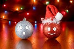 Umgekipptes Weihnachtsspielzeug betrachtet die Haube, gekleidet nach einem glücklichen Spielzeug lizenzfreie stockfotos