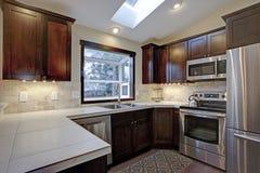 Umgestaltete Küche mit Oberlichtern lizenzfreies stockfoto