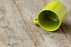 Umgeworfene grüne Schale lizenzfreie stockfotografie