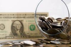 Umgeworfener piggy Glaskasten voll geglänzte goldene Münzen Lizenzfreies Stockfoto