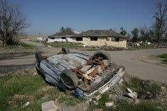 Umgeworfenes Auto nahe industriellem Kanal Stockfotografie