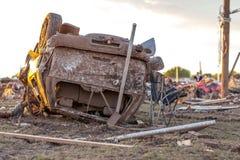 Umgeworfenes Fahrzeug durch einen Tornado Stockfotos