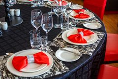 Umhüllung der Hochzeitstafel, schöner festlicher Dekor im Rot lizenzfreie stockfotografie
