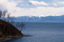 Umhang auf dem Ufer von See Baikal lizenzfreie stockfotos