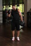 Umięśnionej samiec Wzorcowi Ćwiczy bicepsy Z Dumbbells Obraz Stock