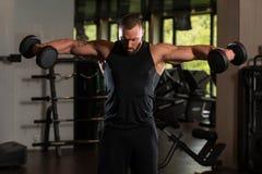 Umięśnionej samiec Wzorcowi Ćwiczy ramiona Z Dumbbells Obrazy Stock