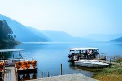 Umiam sjö, shillong, Assam, Indien: Det indiska turistfolket som tycker om på fartyget för loppferiekryssning, turnerar royaltyfri foto