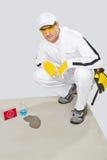 Umidade do teste do trabalhador do concreto com água Foto de Stock Royalty Free