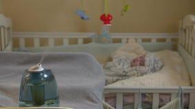 Umidificatore nella stanza di bambino archivi video