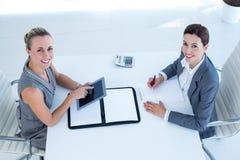 Uśmiechnięci bizneswomany pracuje wpólnie Fotografia Royalty Free
