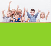 Uśmiechnięci nastolatkowie pokazuje ok podpisują na bielu Obraz Stock