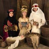 Uśmiechnięci wisemen w bożego narodzenia narodzenia jezusa scenie Zdjęcie Stock
