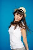 Uśmiechnięta beztroska kobieta jest ubranym białego słomianego kapelusz Obrazy Royalty Free