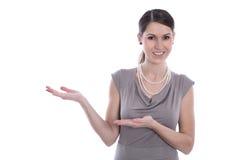 Uśmiechnięta caucasian biznesowa kobieta przedstawia - odizolowywający nad whit Zdjęcie Royalty Free