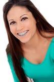 Uśmiechnięta chłodno dziewczyna z wspornikami Obraz Royalty Free