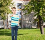 Uśmiechnięta chłopiec wskazuje palec przy tobą Fotografia Royalty Free
