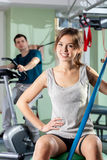 Uśmiechnięta dziewczyna w sprawności fizycznej centrum Zdjęcia Stock