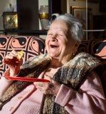 Uśmiechnięta kobieta je plasterek chleb Zdjęcia Stock