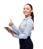 Uśmiechnięta kobieta patrzeje pastylka komputeru osobistego komputer Fotografia Stock