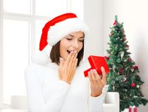 Uśmiechnięta kobieta w Santa pomagiera kapeluszu z prezenta pudełkiem Zdjęcie Royalty Free
