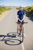 Uśmiechnięta kobieta z rowerem na autostradzie Zdjęcia Royalty Free