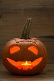 Uśmiechnięta latarniowa bania na drewnianym tle Zdjęcia Stock