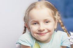 Uśmiechnięta śliczna mała dziewczynka zdumiewający portret Obraz Royalty Free