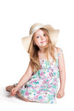 Uśmiechnięta mała blondynki dziewczyna jest ubranym dużą białą suknię i kapelusz Fotografia Stock