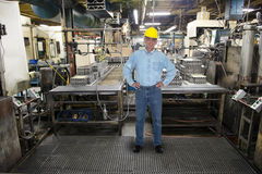 Uśmiechnięta mężczyzna praca, Przemysłowa Rękodzielnicza fabryka Fotografia Stock