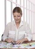 Uśmiechnięta młoda biznesowa kobieta jest ubranym widowiska Obraz Royalty Free