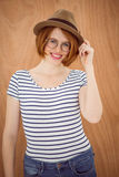 uśmiechnięta modniś kobieta jest ubranym trilby Fotografia Royalty Free