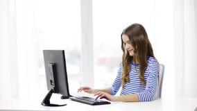 Uśmiechnięta nastoletnia dziewczyna z komputerem w domu zbiory