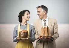 Uśmiechnięta para z boże narodzenie tortami w domu Obraz Stock