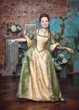 Uśmiechnięta piękna kobieta w średniowiecznej sukni Obrazy Stock