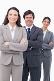 Uśmiechnięta salesteam pozycja wraz z fałdowymi rękami Obrazy Stock