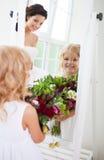 Uśmiechnięta szczęśliwa panna młoda i kwiat dziewczyna indoors Obraz Stock