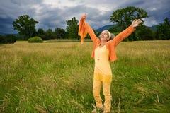 Uśmiechnięte Dojrzałe kobiet ręki Szeroko rozpościerać naturę Fotografia Stock