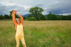Uśmiechniętej kobiety Plenerowa wieś Obrazy Royalty Free