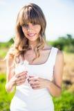Uśmiechnięty ładny blondynki mienia dandelion Fotografia Royalty Free